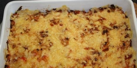 Skønt tilbehør med revne kartofler, peberfrugt, løg og flødeost samt revet ost på toppen.