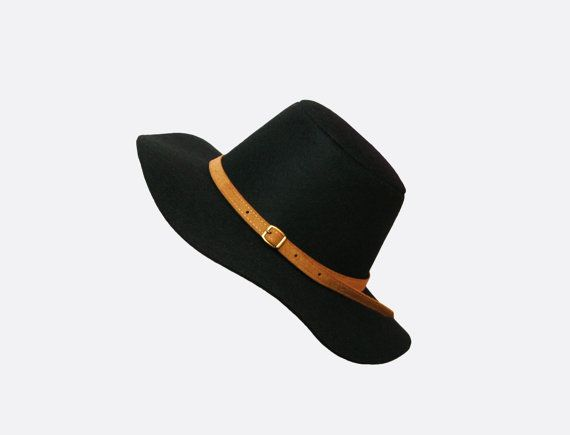 Made from eco & vegan friendly polyester faux felt in black and buckle strap in tan brown. 8cm wide brim. Fits an average-sized adult head. (approx. up to 58 cm/22.8 inches).  Measurement in Inches.--------Hat Size.---------cm. 21 1/2 ....................................... 6 7/8 - S ............55 21 7/8........................................ 7 - M ................ 56 22 1/4.........................................7 1/8 - M........... 57 22 5/8--------------------------------7 1/4…