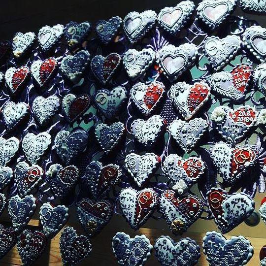 Medovníkové srdiečka na svadbu :) Krasny detail doplňajúci svadobný deň :) #artfood #art #birds #bird #medovniky #med #honeycake #honey #medovník #pernicky #pernik #gingerbread #pain #painting #cook #colors #color #flowers #love #heart #srdce #medovnikovesrdce #rose #weddingdress #wending  #marriage #marry #marryme #svadba