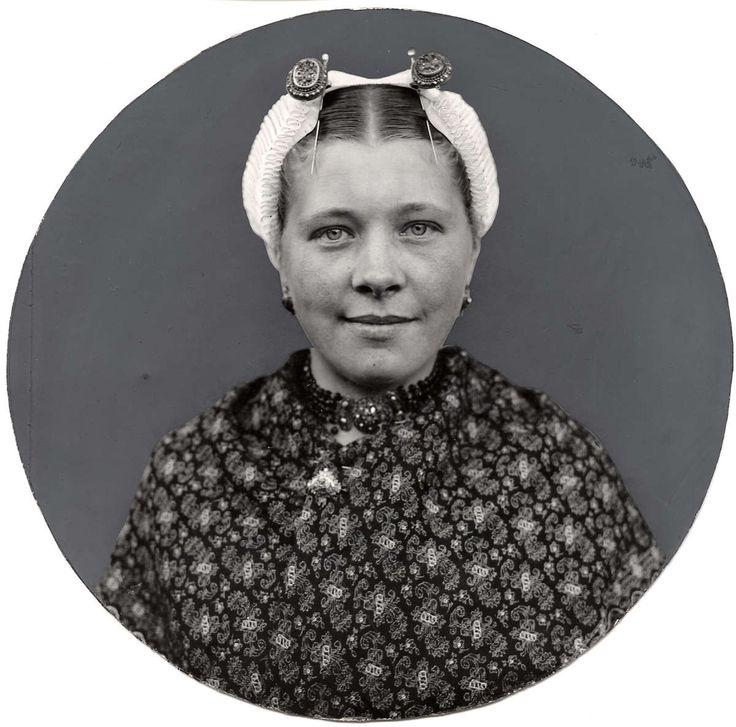 Klederdrachten. Portret van een Scheveningse vrouw met kap en ijzers, krablap en ketting. 1925. Nederland