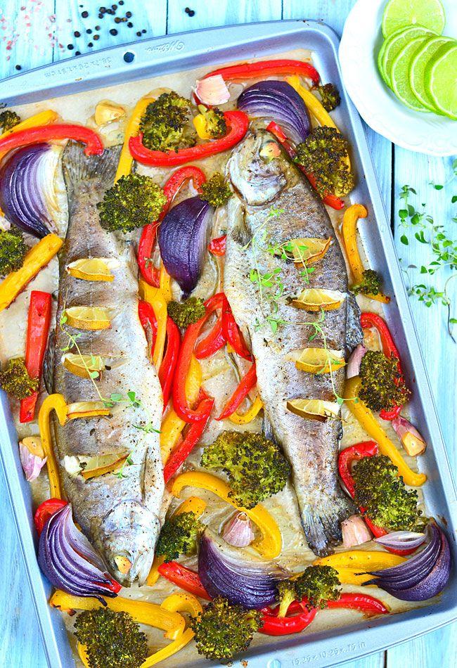 Pieczony pstrąg z warzywami i masłem tymiankowym - MniamMniam.pl