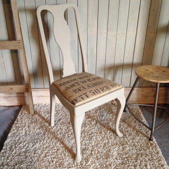 Gave stoel in taupe met een stoer tintje door de zitting met jute koffiezakken van Restylelin