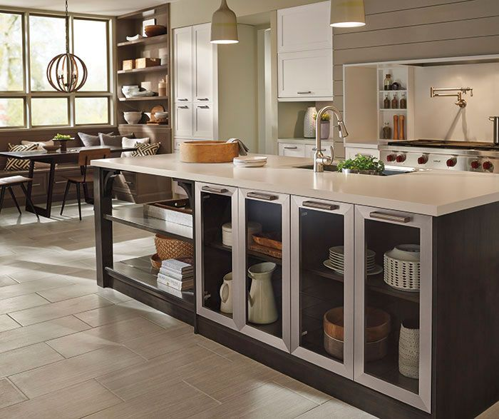Love color, but afraid of being too bold? Try mixing three neutral tones for a look that speaks to casual elegance. The combination of Alabaster, Winter and Weathered Slate are new classics that guarantee a happy room. Punctuated with Aluminum doors for a nod to modernity, enjoy an open kitchen design that's planned for easy living.