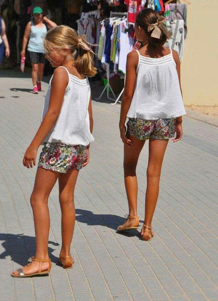 Pantaloncitos de flores y blusitas blancas