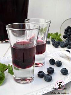 Questo delizioso liquore ai mirtilli, è perfetto come fine pasto, ma anche per bagnare dolci o torte di frutta.