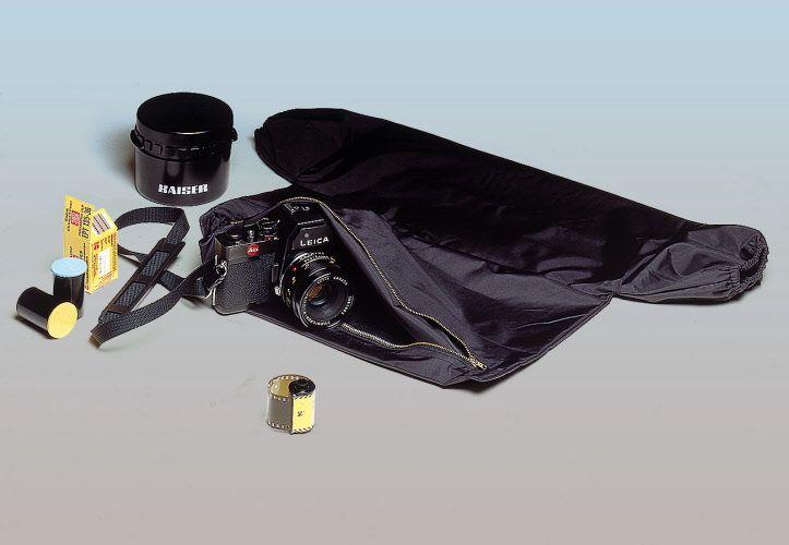 Camera oscura portatile di ampie dimensioni (68x76 cm circa), può essere usata per il caricamento di apparecchi fotografici, chassis per pellicole piane e, date le ... www.fotomatica.it | info@fotomatica.it