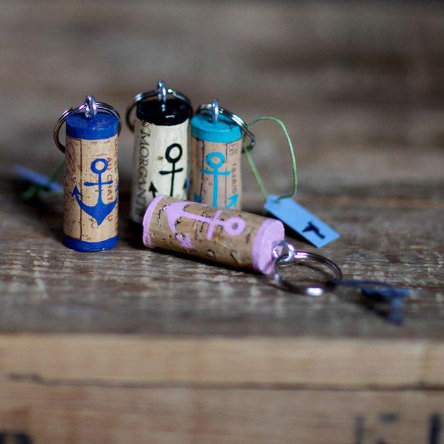 Upcycling-Schlüsselanhänger aus Korken  //Anker  handbemaltes Unikat  **Farben: schwarz, türkis, blau, weiß, rosa**  Bitte beachte, dass jeder Korken ein Unikat ist und sich in Grundfarbe...