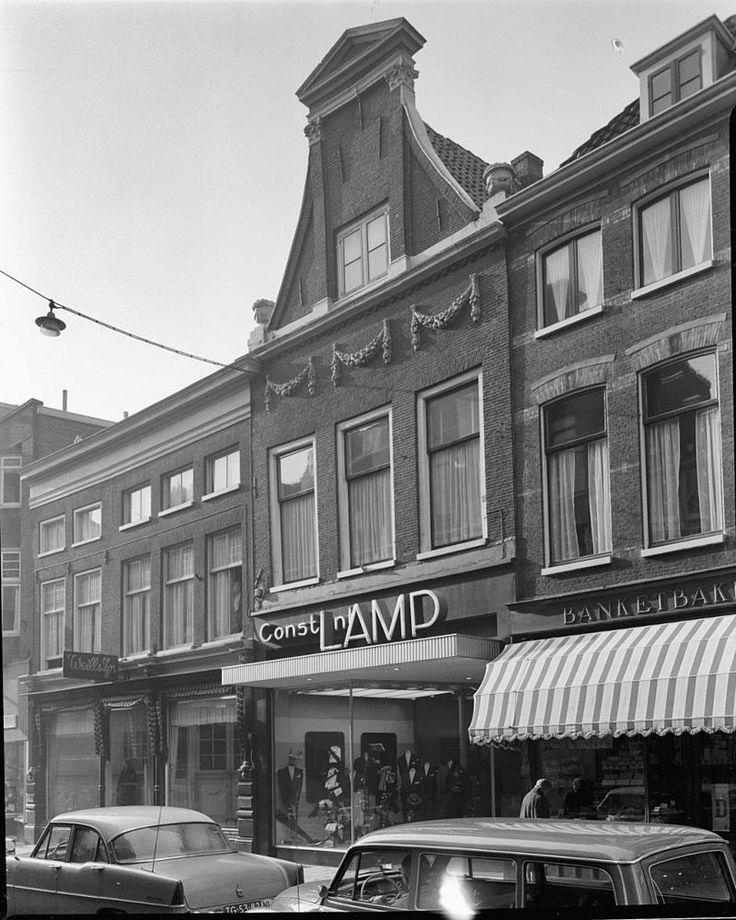 Pand met klokgevel met gemetselde pilasters. Bekroond door Korinthische kapitelen, ter weerszijden vazen op de hoeken, enige guirlandes onder de ramen aangebracht in Haarlem | Monument - Rijksmonumenten.nl