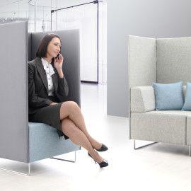 Potrzebujesz trochę intymności w biurze? Quadra to sofa, która dzięki zabudowie ze ścianek przestaje być tylko sofą, a staje się kameralnym miejscem  spotkań.  Jej przeznaczeniem są także średnie i duże przestrzenie biurowe, open space, gdzie wykorzystując moduły Quadry można w prosty sposób wydzielić przytulne miejsce narad i spotkań z klientami.