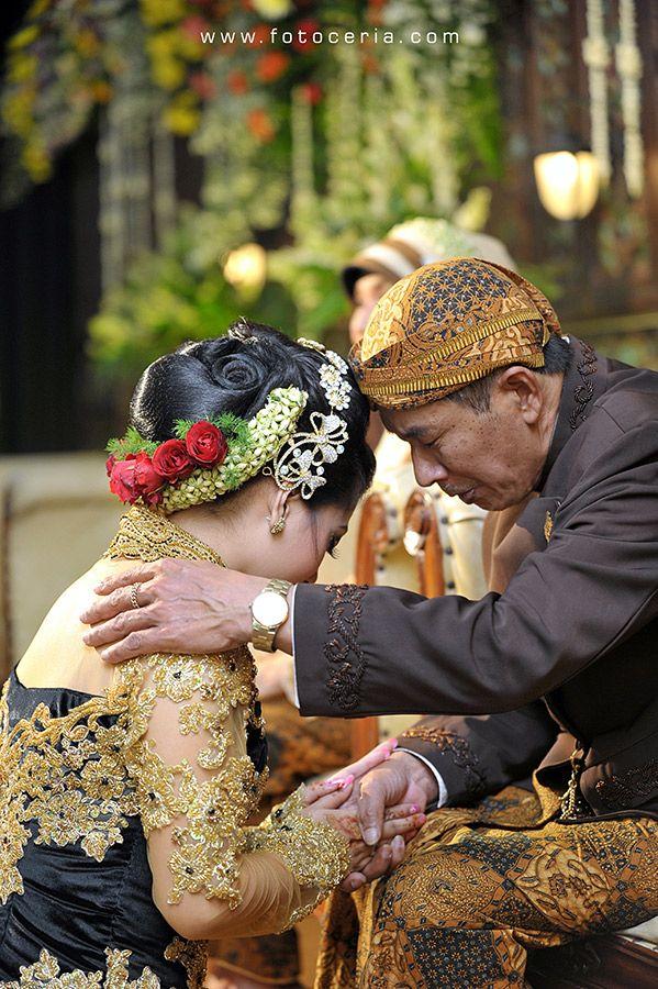 Sungkeman penuh hening dan hati yang berbicara :( .  Phone  WhatsApp: 0857 0111 1819 . YM  email: foto.ceria@yahoo.com . PIN BB: 2 5 B 3 E 6 8 7 . Facebook: Foto Ceria . LINE  Instagram: fotoceria . Twitter: @fotoceria . Website: www.fotoceria.com  . fotoceria prewedding couple wedding pernikahan perkawinan menikah pengantin foto fotografer weddingphotographer Yogyakarta Jogja love happy romantic smile ceria upacaraadat sungkeman hati CeriaLovers SharePict