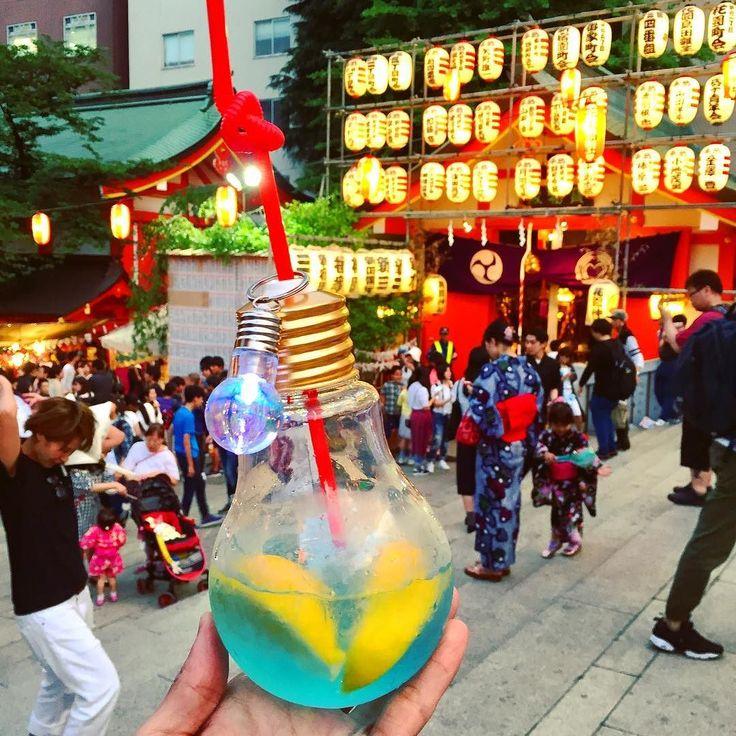 La moda japonesa que esperamos que llegue a Chile Daiquiri con Gin dentro de una bombilla gigante  !! Desean una?!