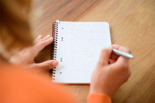 Создайте список «1000 вещей». Для того чтобы хорошенько осознать, как много всего интересно вас ждет впереди, создайте свой список из 1000 вещей, которые бы вы хотели успеть за свою жизнь. Вы должны перечислить: