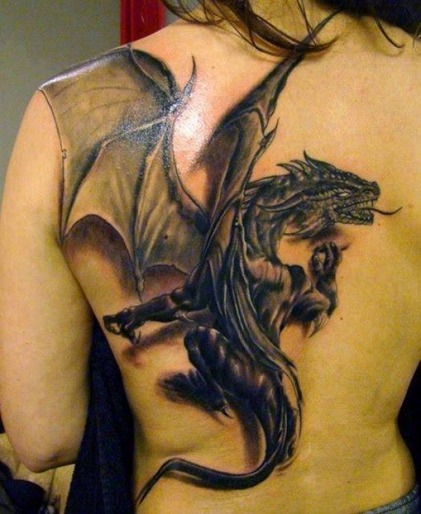 Schwarzer Drachen Rücken Tattoo