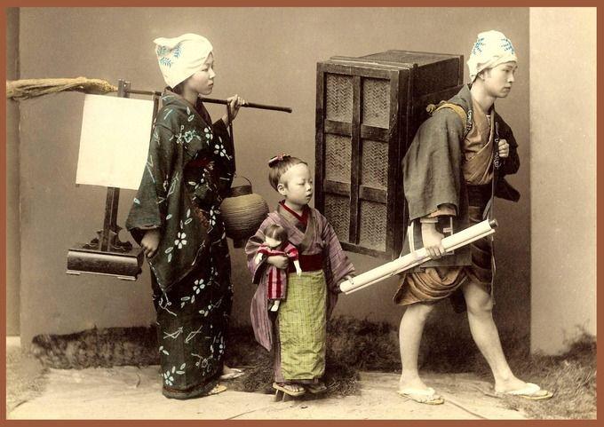 引越し(再現).mother, father and child moving. Old Japan.