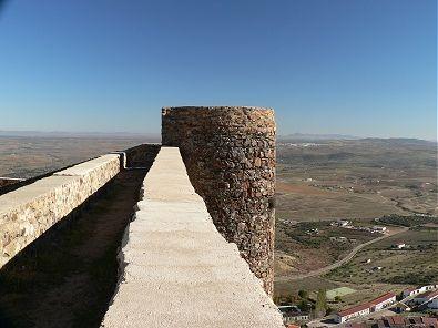 Torres defensivas en la muralla del Castillo de Feria. Viajar por Extremadura