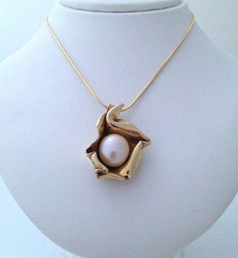 Pendentif en or jaune 14K avec perle de culture chinoise rose. Pièce unique. www.scaro.ca