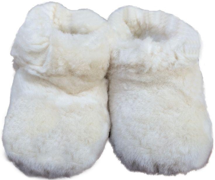 Pantuflas hechas a mano con 100% cuero de oveja proveniente de las regiones sur de Chile.  Las tallas 20 a 33 son de niño. Las tallas 34 a 46 son de adulto.