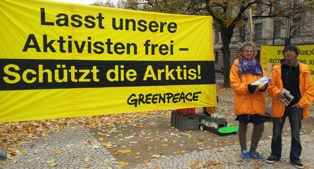 """Greenpeace proteste dans 47 pays contre l'emprisonnement de 28 de ses militants. Le 19 septembre l'équipage de l'Arctic Sunrise a été arrêté alors qu'il tentait de déployer une banderole dénonçant les risques écologiques des forages en mer. Tout ce petit monde risque 15 ans de prison pour """"piraterie en groupe organisé"""". Un peu partout des sympathisants de Greenpeace se mobilisent pour demander leur libération. En Allemagne par exemple des militants se relayent au pied de la porte de…"""