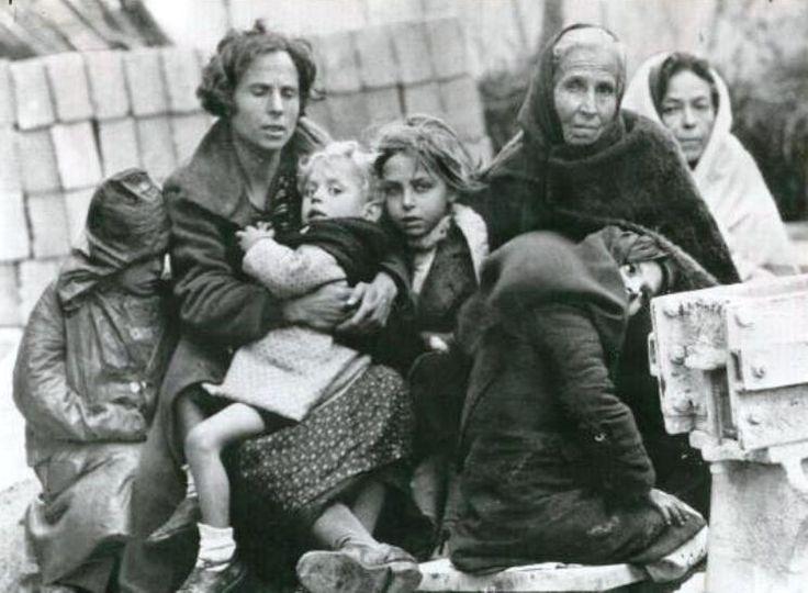Familia de refugiados republicanos esperando a cruzar el puesto fronterizo francés de Le Perthus, 12 de febrero de 1939.