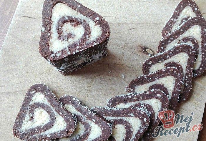Existuje mnoho receptů na nepečené rolády. Tato je chutná, jednoduchá a přitom i dobře vypadá. Vyzkoušejte si ji připravit na Vánoce. Autor: Triniti