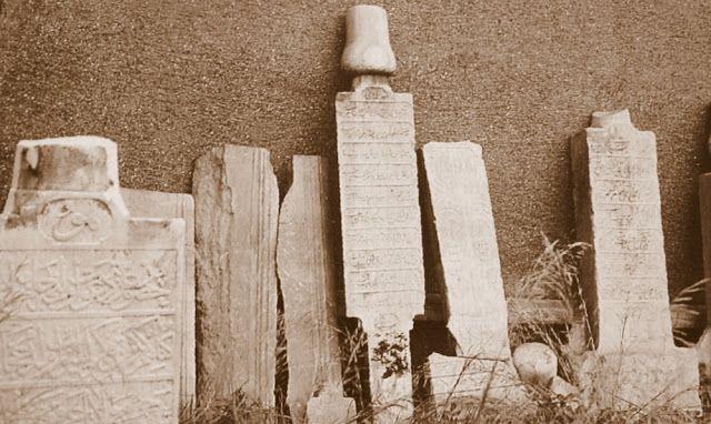 Çırağan palas Kempinski oteli inşaatı sırasında ortaya çıkarılıp Galata mevlevihanesine nakledilen Beşiktaş mevlevihanesi mensuplarının mezar taşları.