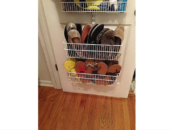 Des paniers sur la porte du placard en guise de range chaussure? Pourquoi pas! On peut y ranger tous les modèles de son choix, mais celles qui sont sans volumineuses ou sans talon sont plus adaptées.