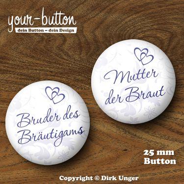 Buttons für die Hochzeitsgäste  Wer ist wer auf der Hochzeitsfeier? Mit diesen Buttons hat des Rätselraten ein Ende und jeder Gast weiß sofort Bescheid, wer zum Beispiel der Brautvater, die Schwester der Braut, der Kumpel des Bräutigams usw. ist!  Es sind alle erdenklichen Aufschriften möglich!  Der Preis pro Button beträgt 2,00 € (Button-Größe 25 mm).  Auf Wunsch kannst du die Buttons auch als 32 mm große Buttons bekommen, der Preis pro Button beträgt dann 2,50 €.