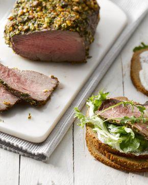 Smørrebrød is Deens roggebrood dat  belegd wordt met lekkernijen, hier met rosbief en mierikswortel. De  Scandinavische keuken ten voete uit!