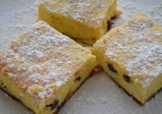 Ingrediente:    Pentru aluat:  120 g margarina 300 g faina 2 linguri smantana 1 lingura zahar   Pentru uns:  2 linguri smantana   Pentru umplutura:  150 g stafide aurii 500 g branza de vaci coaja rasa a unei lamai sau portocale 2 linguri smantana...