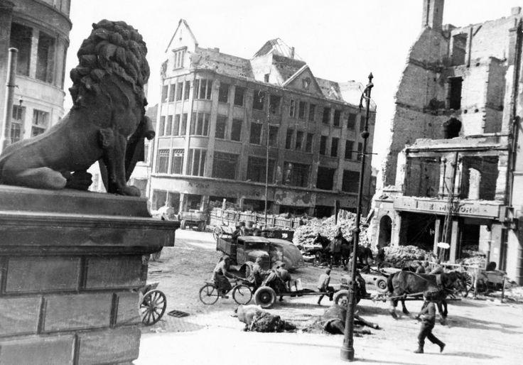 Königsberg Pr.  Löwenstatue an der Börse