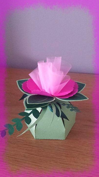 scatola fiore, adatta per bomboniera o per confezionare piccoli oggetti. misura cm 8x8