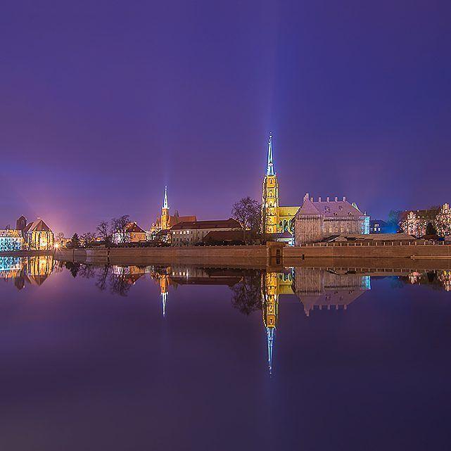 Nie ma jak Wrocław nocą ! Zgadzacie się ze mną? #wroclaw #wroclove #igerswroclaw #architektura #fotografia #dolnyslask #chill #night #longexposure  Na bloga tu: www.yazhubal.pl