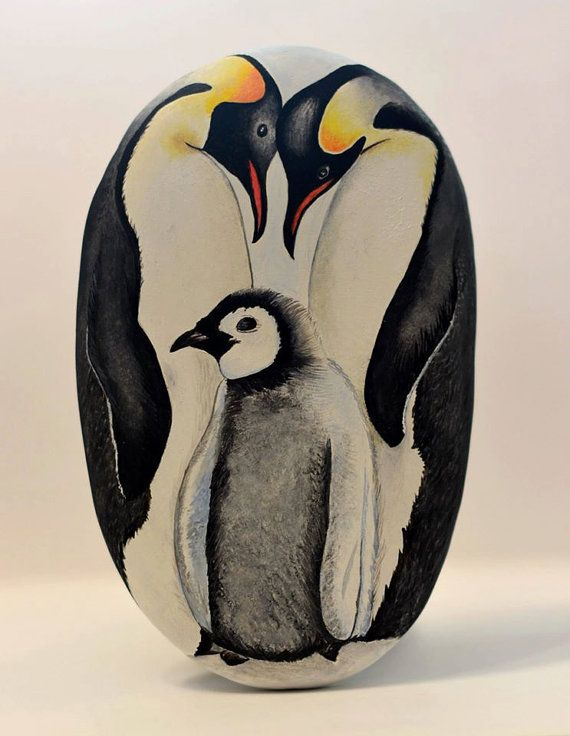 Painted stone, sasso dipinto a mano. Penguins family Famiglia pinguini