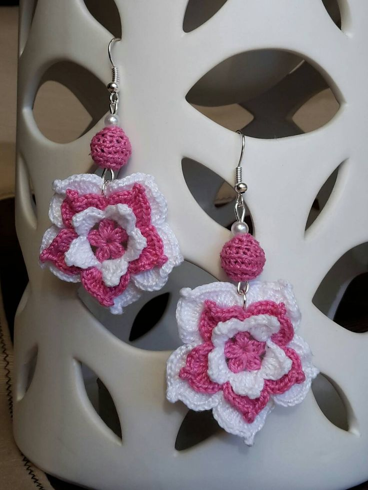 Orecchini a fiore uncinetto color  bianco e fucsia di CrochetTattingByAle su Etsy