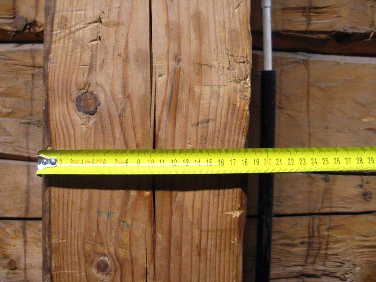 Punatiilisen rakennuksen sisäverhoilu on tehty n.15 senttimetrin paksuisesta hirrestä ja pystyhirret ovat n. 18,5-19 senttimeetriä halkaisijaltaan. Sisäverhous kiertaa rakennuksen n. 85 senttimetrin päässä ulkoseinästä.
