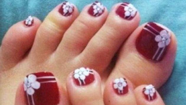 uñas de los pies decoradas con flores