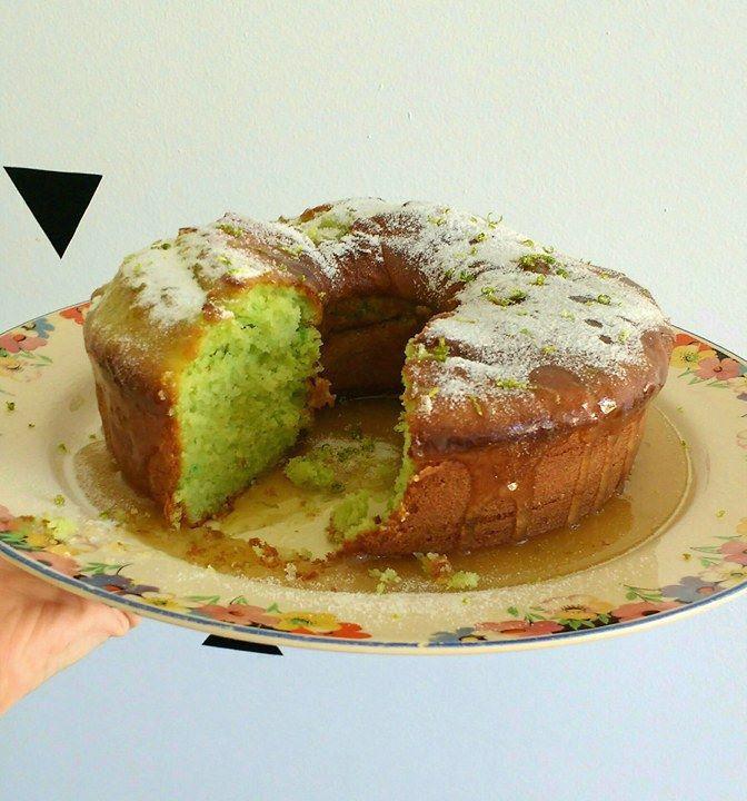 COZINHA FÁCIL Bolo Verde Limão com Gelatina 27.05.2016 | Marianna    Quem me acompanha no snap e no instagram sabe que a diversão do meu feriado foi o tal bolo verde de limão, feito com gelatina e iogurte natural. Além de lindo, é delicioso e super fácil de preparar - até mesmo pra quem não tem batedeira nem liquidificador, como eu! rs  Vamos lá!    O que precisa?