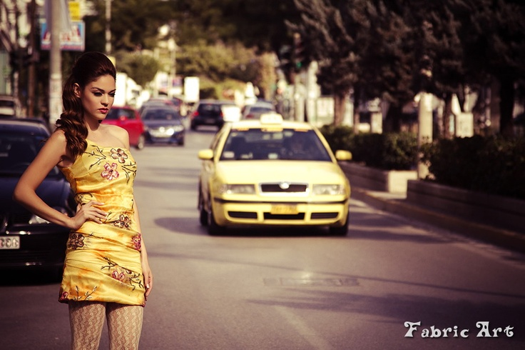 Φόρεμα με έναν ώμο από κεντημένη οργάντζα ντουμπλαρισμένο με χρυσό σατέν μετάξι.