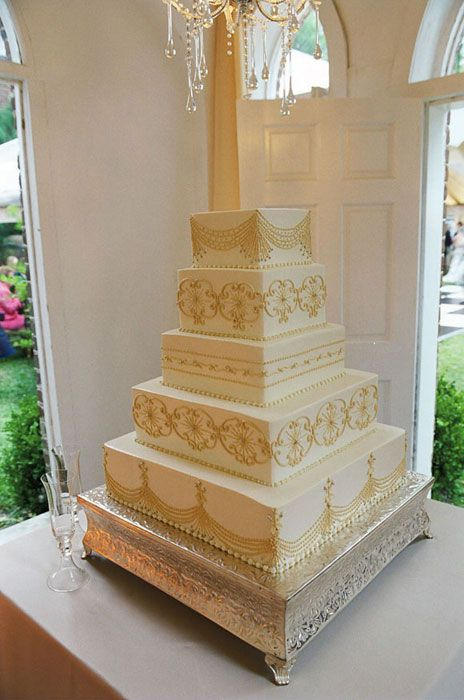 Love the detail work on this cake!