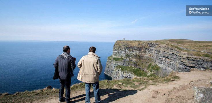 Regalati un viaggio attraverso l'Irlanda per esplorare la meravigliosa e brulla costa occidentale del paese. Partecipa a un tour a piedi tra le Montagne del Burren, visita la pittoresca Galway e ammira le maestose e imponenti Scogliere di Moher.