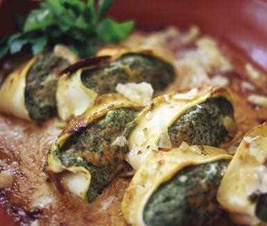 Här är ett festligt och väldigt gott recept på ricotta- och spenatfylld pasta. Du fyller lasagneplattor med spenatröra och till det gör du en ljuvlig sås med bland annat svamp, vitt vin och dijonsenap och gratinerar i ugn med riven parmesan.