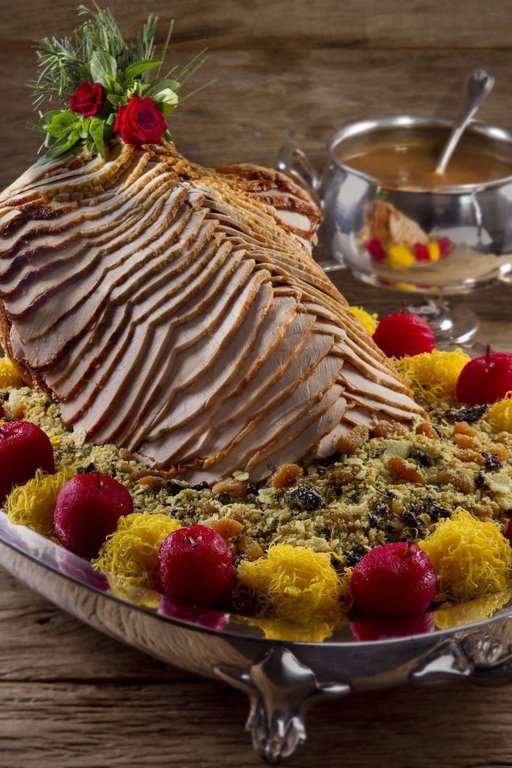 Peru é um dos símbolos da culinária nas noites de Natal. Para o preparo, é preciso habilidade e uma certa intimidade com a carne para que o resultado arranque suspiros dos convidados. Há 35 anos, Charlô Whately, proprietário do tradicional Buffet Charlô, tem o prazer e o dom de preparar para seus clientes a ceia inteira de Natal. Um de seus destaques é o peru, que além de incrivelmente delicioso, tem um corte único, espetacular e, visualmente, deslumbrante. Nas últimas semana, o Comendo com…