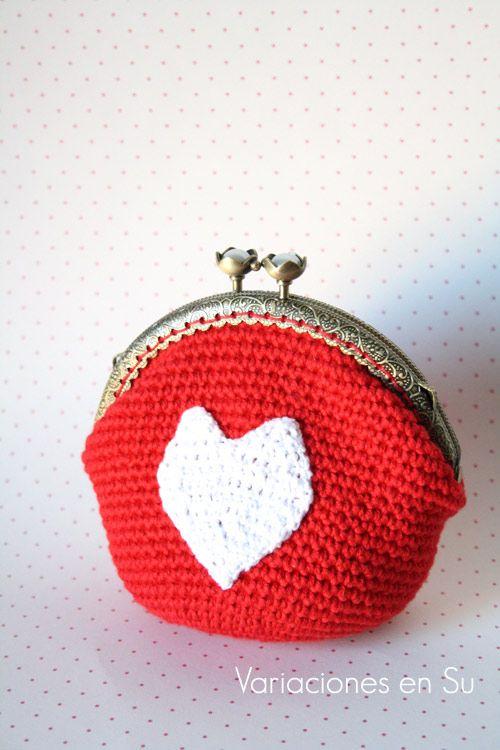 Monedero de ganchillo con corazón // Crochet purse with a heart motif