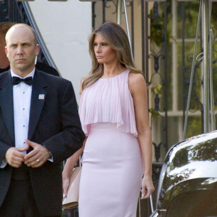 Melania Trump ravissante en robe rose pastel