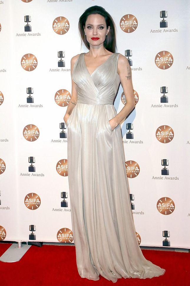 Анджелина Джоли в Atelier Versace на церемонии Annie Awards в Лос-Анджелесе a9c0f2601f5