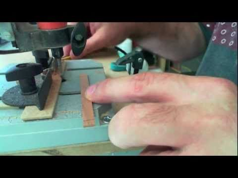 http://www.MiniaturasArtesanas.com Fresado de los faldones de una mesa miniatura con el soporte universal y un taladro dremel.