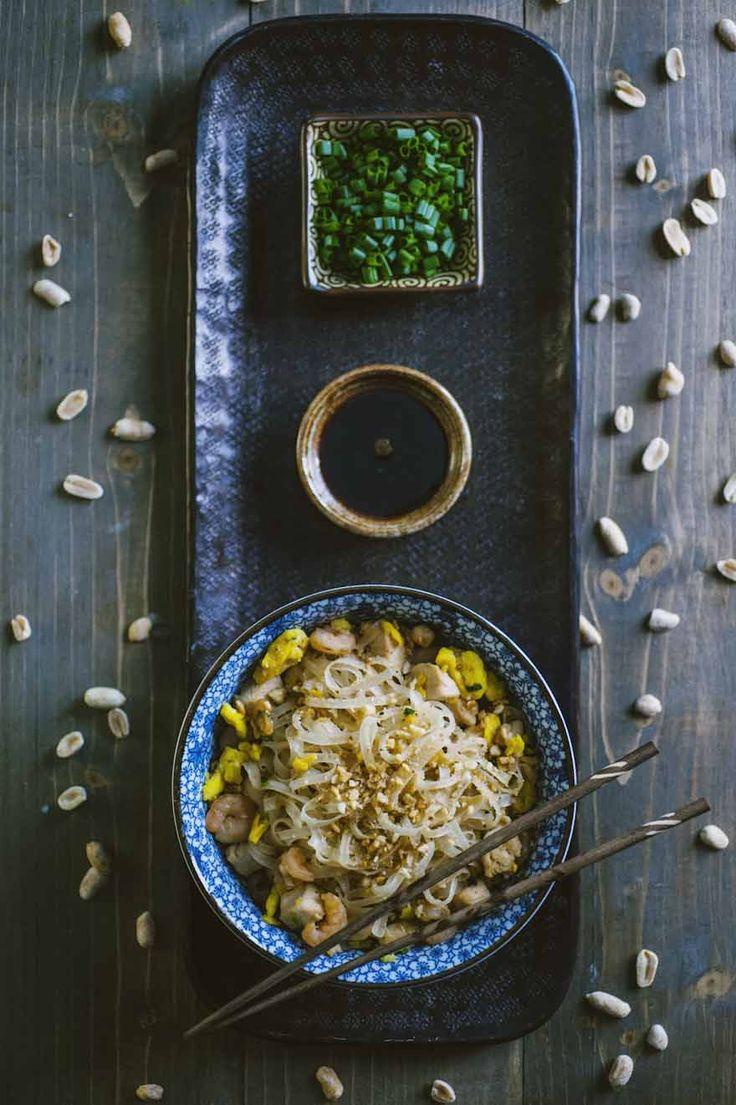 Pad thai, servito su un tipico piatto orientale, con tanto di bacchette