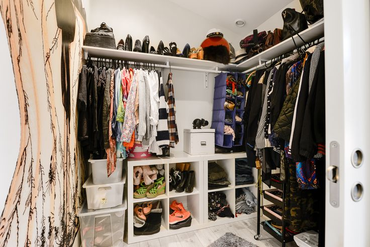 Gott om plats för alla kläder och kolla väggmålningen!