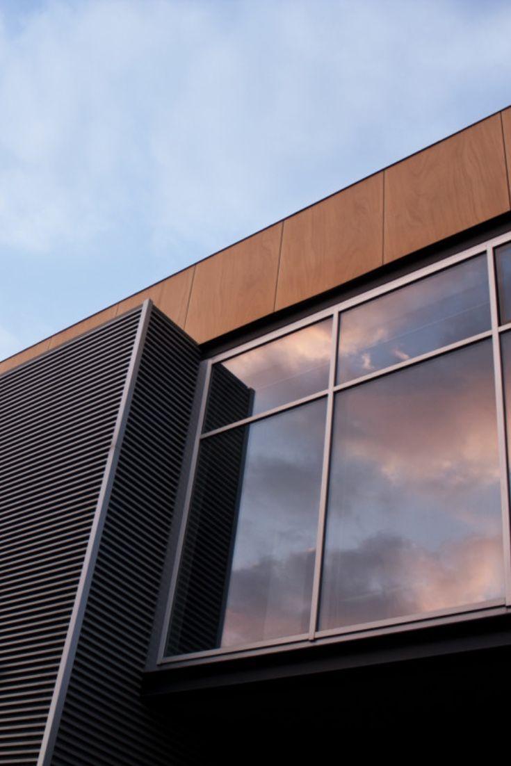 Die Mittelgrau Getonte Fensterfolie Titane 565x Hc Dient Zur Aussenmontage Und Bietet Einen Guten Sonnen Und Blendschutz Sowi In 2020 Baustil Fensterfolie Glasfassade