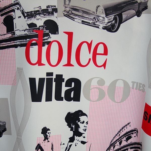 Tissu occultant ignifugé Dolce Vita 60's  Tout l'art de vivre à l'italienne et le charme des années 60 sont réunis dans ce tissu occultant ignifugé.  De quoi plonger votre déco dans l'univers cinématographique de Federico Fellini et revivre cette scène culte où Anita Ekberg et Marcello Mastroianni se retrouvent dans le bassin de la fontaine de Trevi.